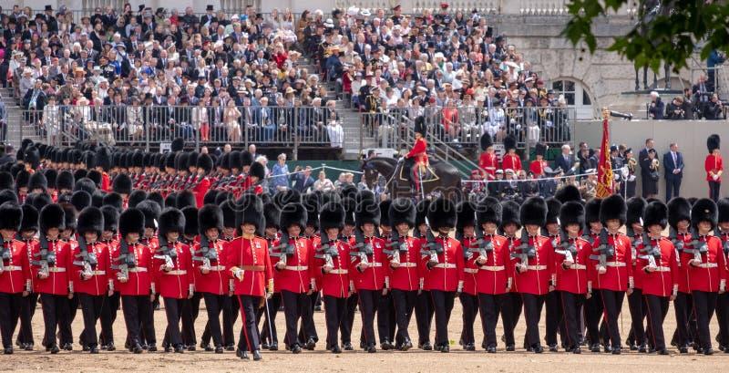 De militairen stelden bij zich het Verzamelen de Kleurenceremonie op om de verjaardag van de Koningin, Londen het UK te eren royalty-vrije stock fotografie