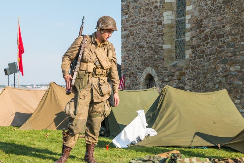 De militairen van de V.S. bevinden zich wacht in een opnieuw samengesteld militair kamp royalty-vrije stock afbeelding