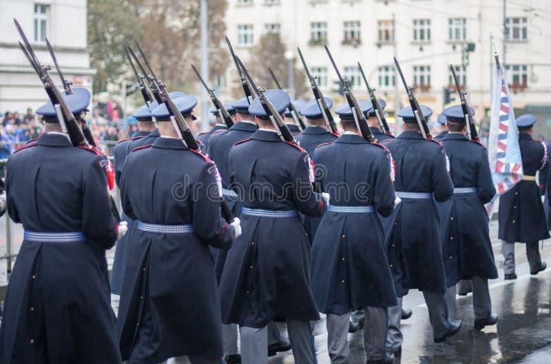 De militairen van Kasteelwacht marcheren op militaire parade stock afbeelding