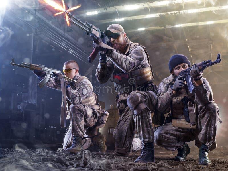 De militairen van Spesialkrachten attaks de vijand stock afbeelding