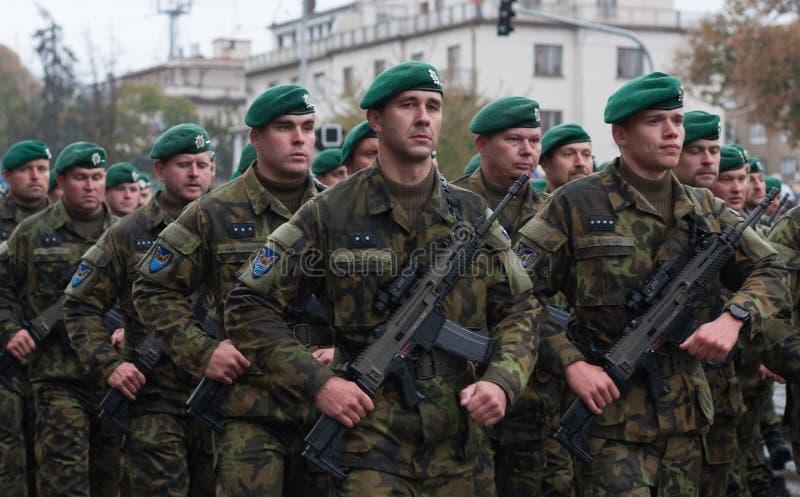 De militairen van Tsjechisch Leger marcheren op militaire parade stock foto's