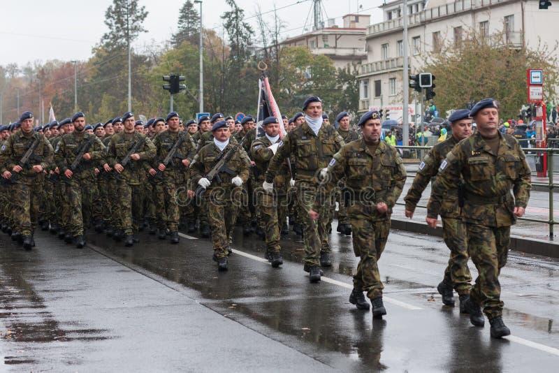 De militairen van Tsjechisch Leger marcheren op militaire parade stock fotografie