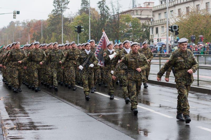 De militairen van Tsjechisch Leger marcheren op militaire parade stock foto