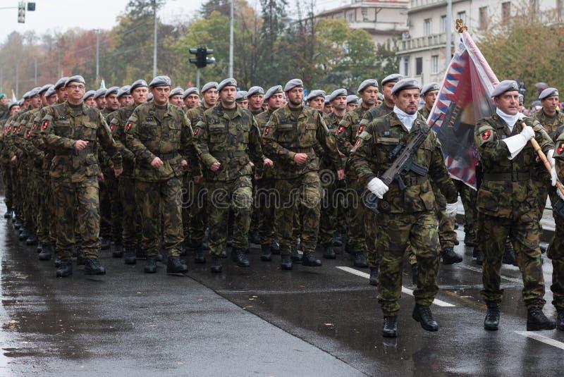 De militairen van Tsjechisch Leger marcheren op militaire parade stock afbeeldingen