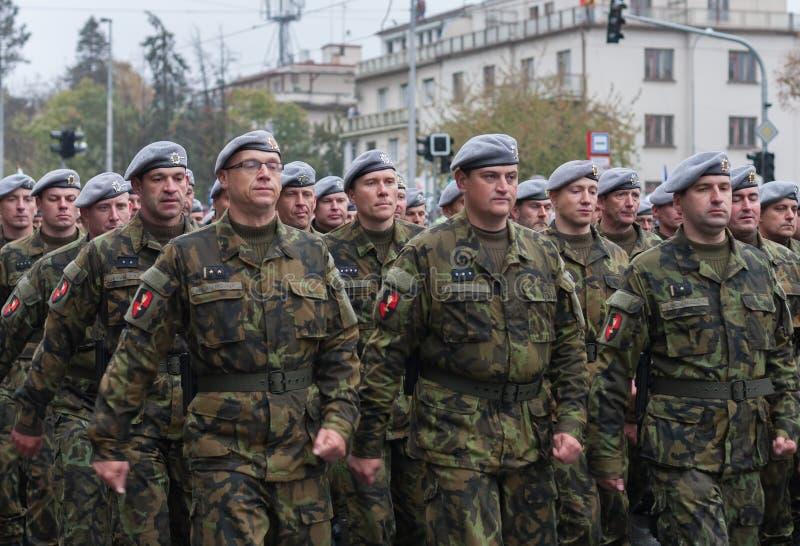 De militairen van Tsjechisch Leger marcheren op militaire parade royalty-vrije stock foto