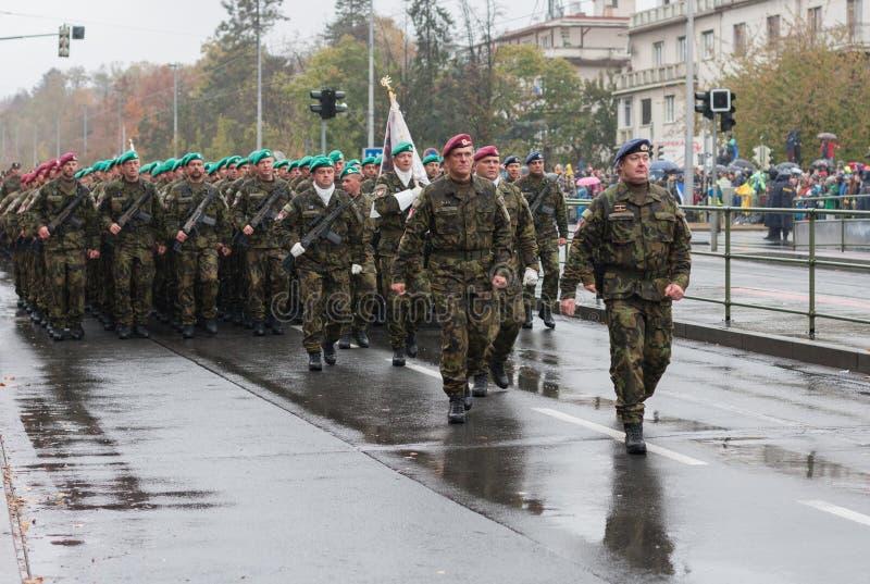 De militairen van Tsjechisch Leger marcheren op militaire parade royalty-vrije stock foto's