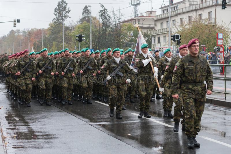 De militairen van Tsjechisch Leger marcheren op militaire parade royalty-vrije stock afbeelding