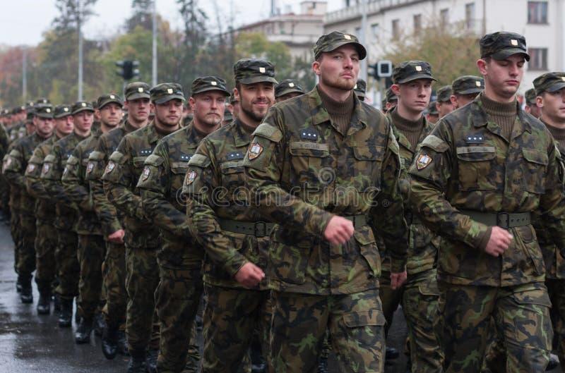 De militairen van Tsjechisch Leger marcheren op militaire parade stock afbeelding