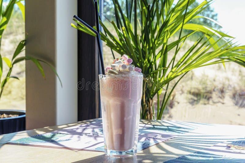 De milkshake of de koffie R.A.F. zijn op de lijst stock foto's