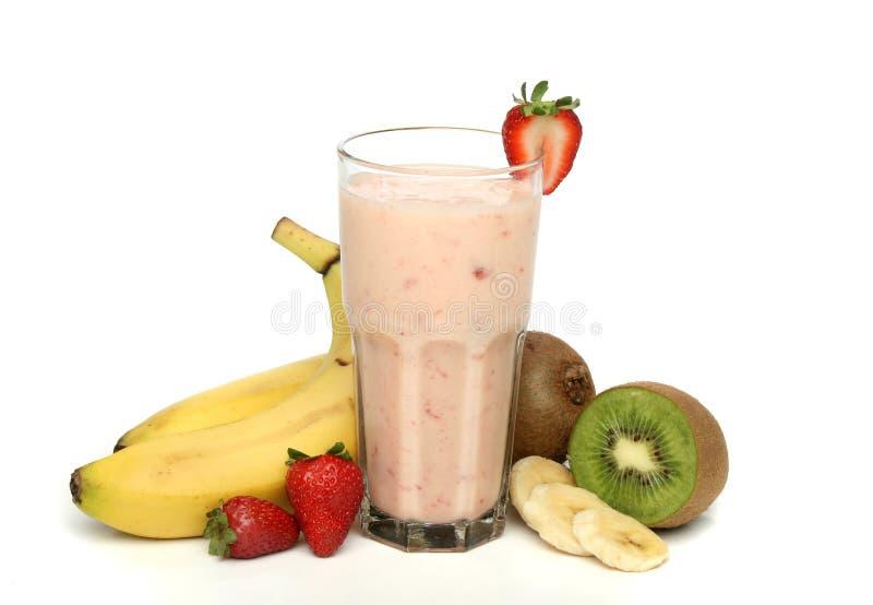 De milkshake van de aardbei met frui royalty-vrije stock fotografie