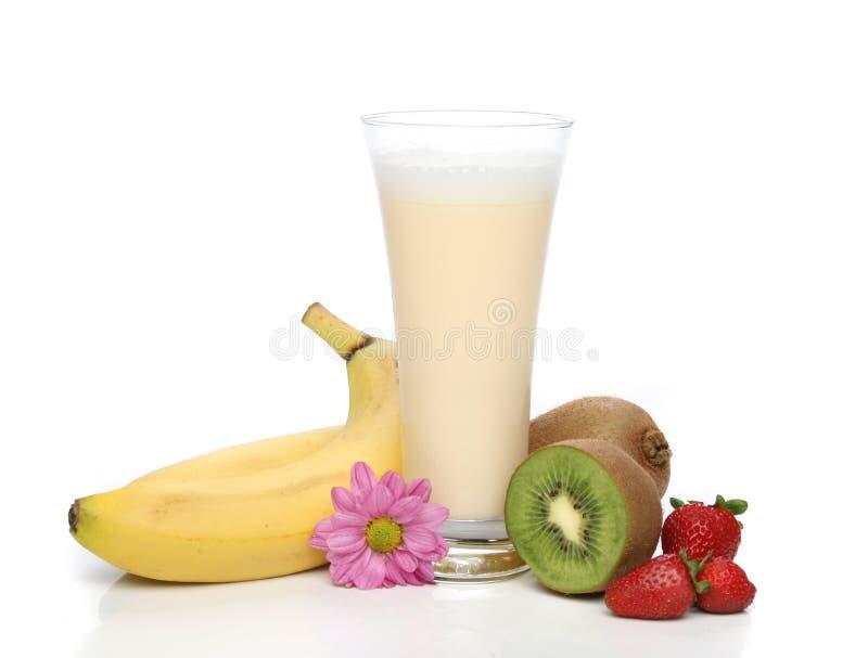De milkshake van de banaan met vruchten stock afbeelding