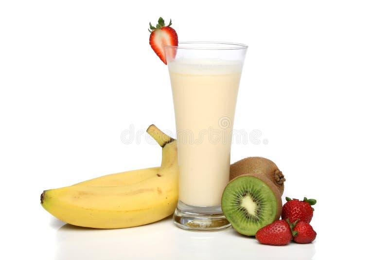 De milkshake van de banaan met vruchten royalty-vrije stock afbeeldingen