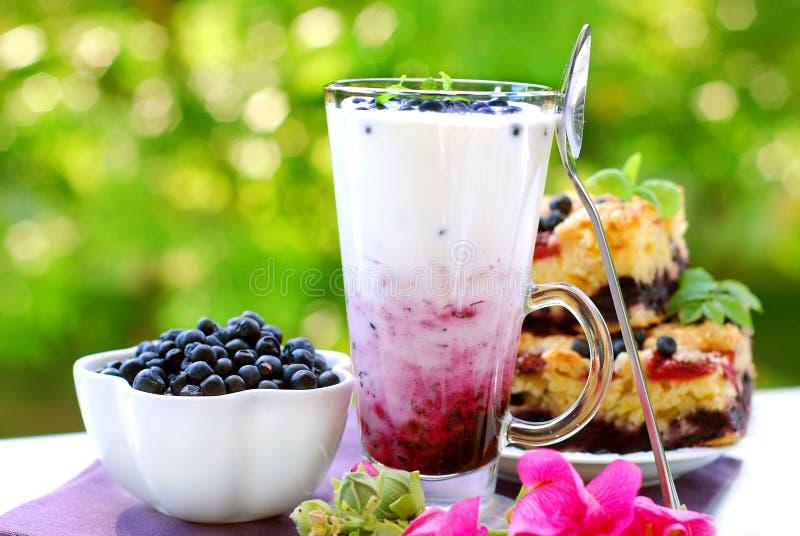 De milkshake van de bosbes stock afbeeldingen