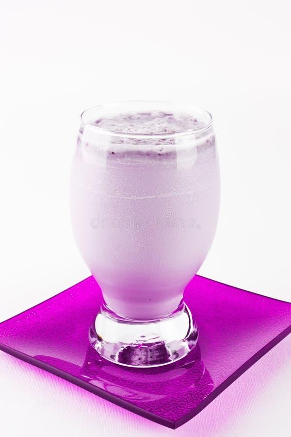 De milkshake van de bosbes of smoothie stock foto's