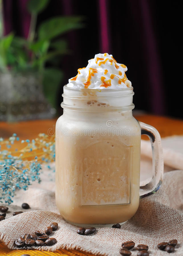 De Milkshake van de karamelkoffie stock afbeeldingen