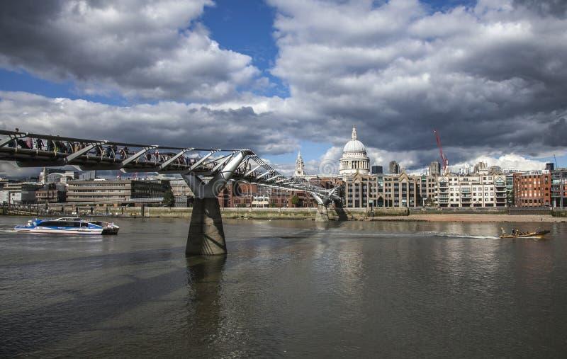 De Millenniumbrug en St Paul& x27; s Kathedraal stock fotografie