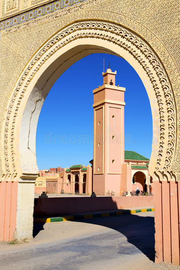 in de minaret en de straat van marocafrika royalty-vrije stock afbeelding