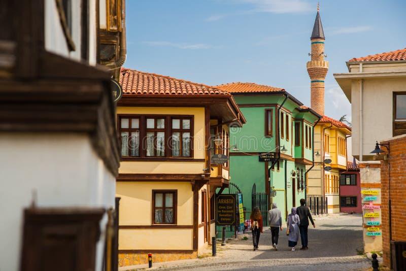 De minaret van de moskee en een typisch Turks huis Historische Huizen en straat van Odunpazari Eskisehir Turkije royalty-vrije stock afbeeldingen