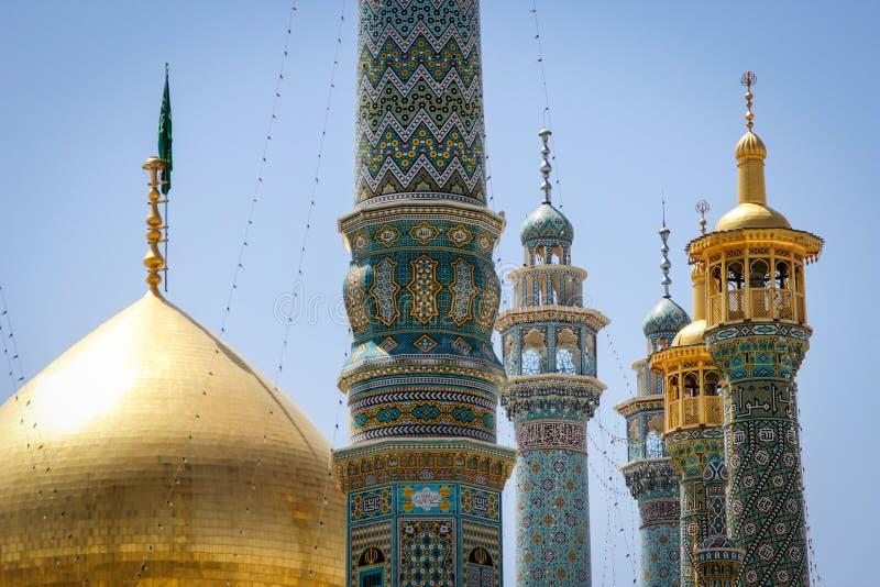 De minaretten, de koepel en de details van de decoratie van de prachtige Iraanse Perzische moskee Fatima Masumeh Shrine in blu stock afbeeldingen