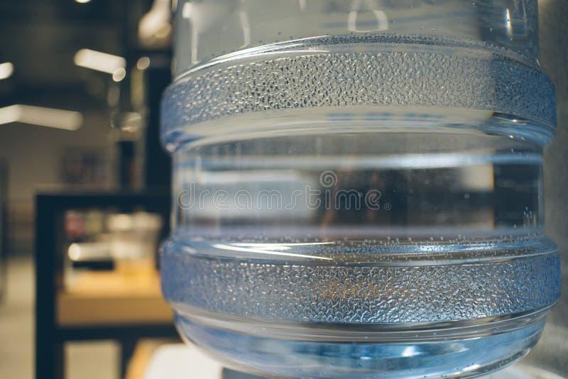 De mineraalwatermandefles met bellen sluit omhoog royalty-vrije stock afbeeldingen