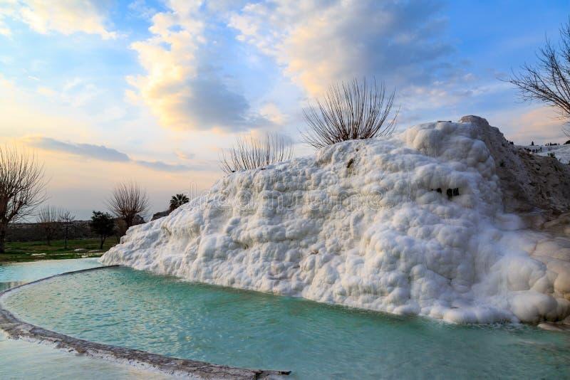 De minerale bassins van de Pamukkaletravertijn royalty-vrije stock foto