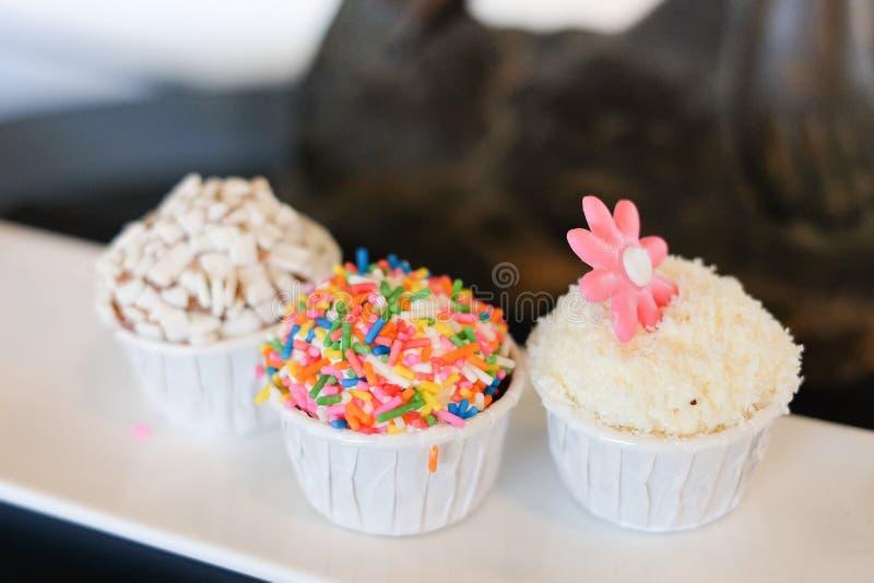 De mini eigengemaakte mooie cake van de chocoladekop voor dessert stock afbeeldingen