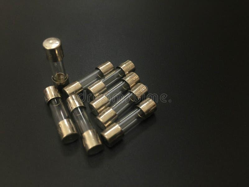 De mini miniatuurzekering van de Zekerings elektrische zekering op zwarte achtergrond royalty-vrije stock foto