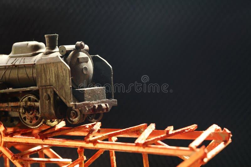 De miniatuur plastic modelspoorweg op brug stock afbeelding