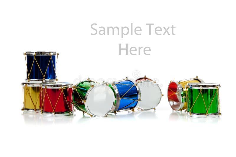 De miniatuur trommels van Kerstmis op wit met exemplaarruimte stock foto's
