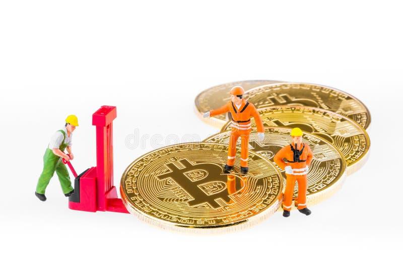 De miniatuuringenieur en de arbeider ontginnen Cryptocurrency royalty-vrije stock foto's