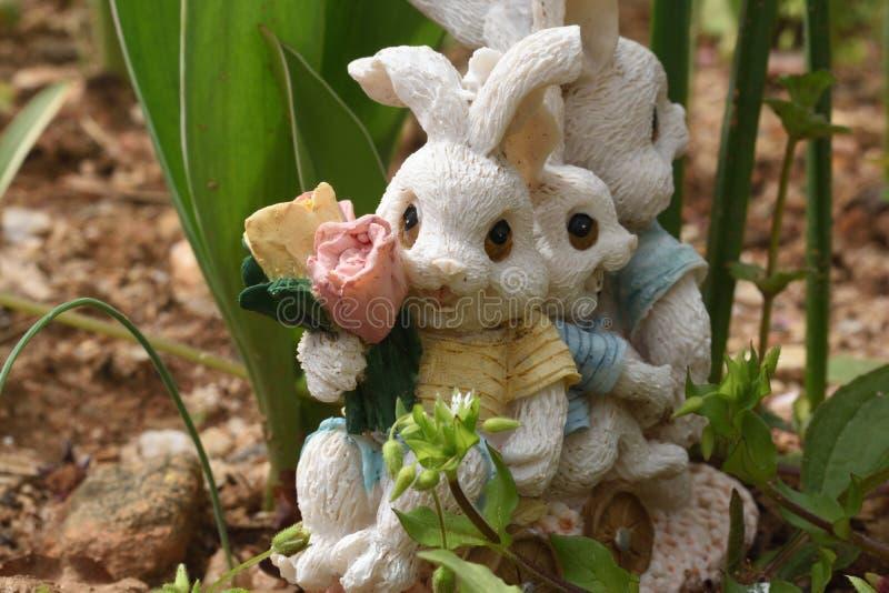 ` De miniatuurkonijnen van Bunny Train ` HD in een kar met bloemen stock foto