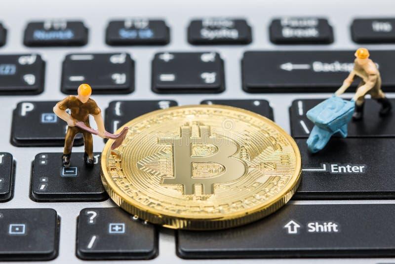 De miniatuurmens graaft Mijnbouw Gouden bitcoins stock foto