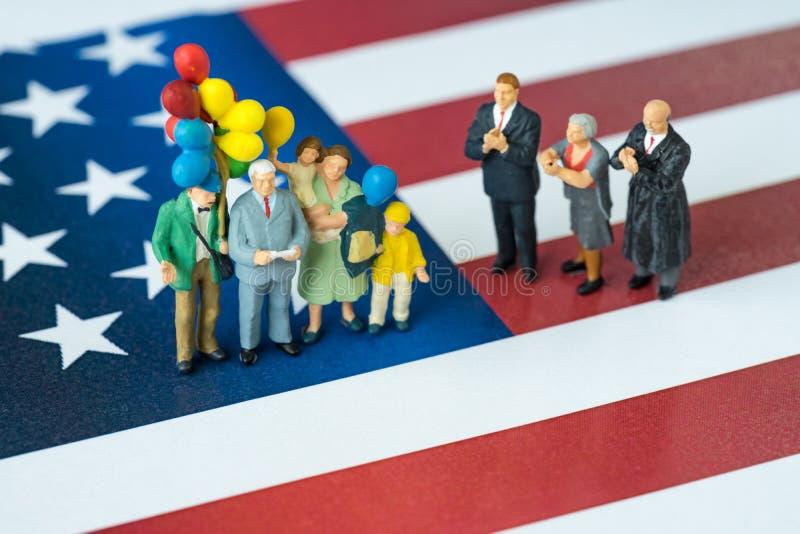 De miniatuurmensen vieren Onafhankelijkheidsdag, mens die toespraak w geven stock afbeeldingen
