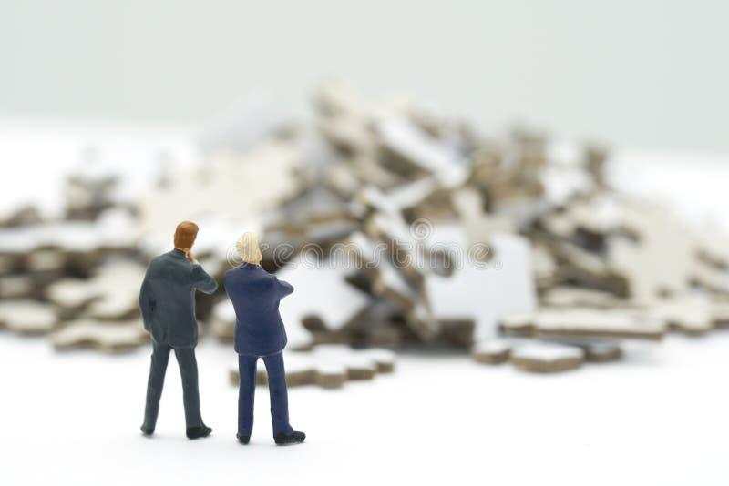 De miniatuurmensenzakenlieden die Investeringsanalyse of investering in Solve bevinden zich brengt in verwarring om een bedrijfso royalty-vrije stock afbeelding