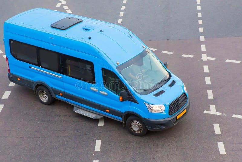 De minibus gaat op de stad stock fotografie