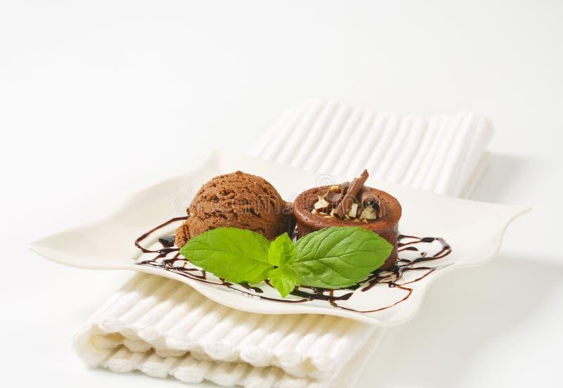 De minicake van de chocoladehazelnoot met roomijs royalty-vrije stock afbeelding