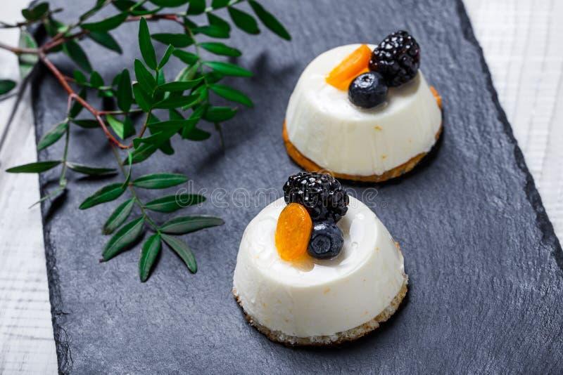 De minicakes met droge abrikozen en de braambessen op de achtergrond van de steenlei sluiten omhoog royalty-vrije stock foto's