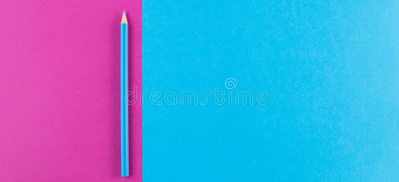 De minimale creatieve kleurendocumenten achtergrond van de meetkunde vlakke samenstelling met blauw kleurenpotlood stock foto's