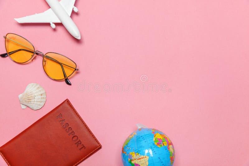 De minimale eenvoudige vlakte legt de reisconcept van het reisavontuur op roze pastelkleur in moderne achtergrond stock foto's