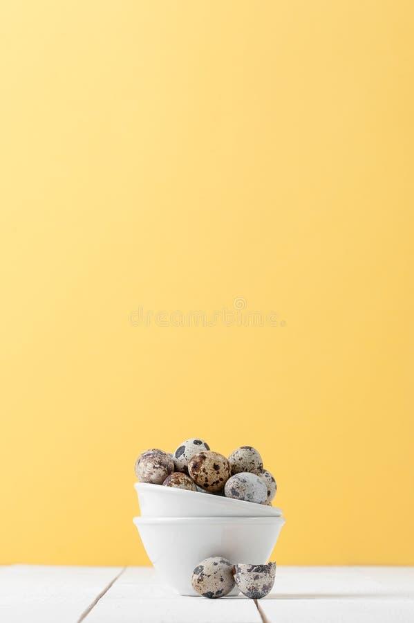De Minimalistic vida ainda: ovos vistos frescos em um branco diminuto b fotos de stock royalty free