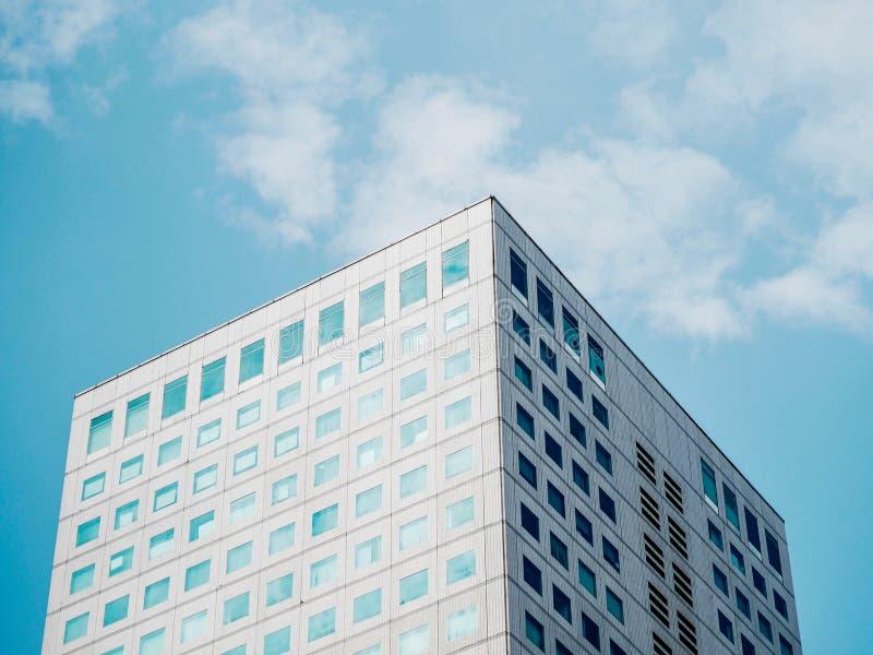 De minimalistische bouw van lage hoekmening met blauwe hemel stock afbeelding