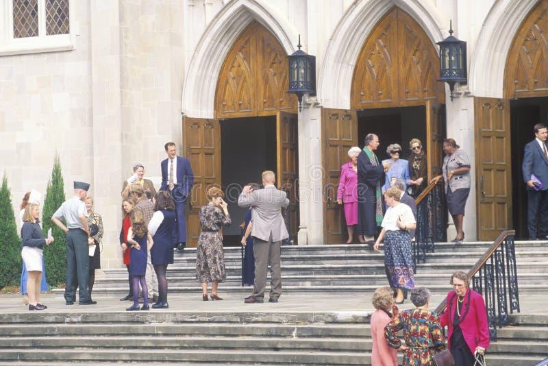 De minister ontmoet de congregatie bij de Methodist Kerk in Macon Georgia stock afbeeldingen