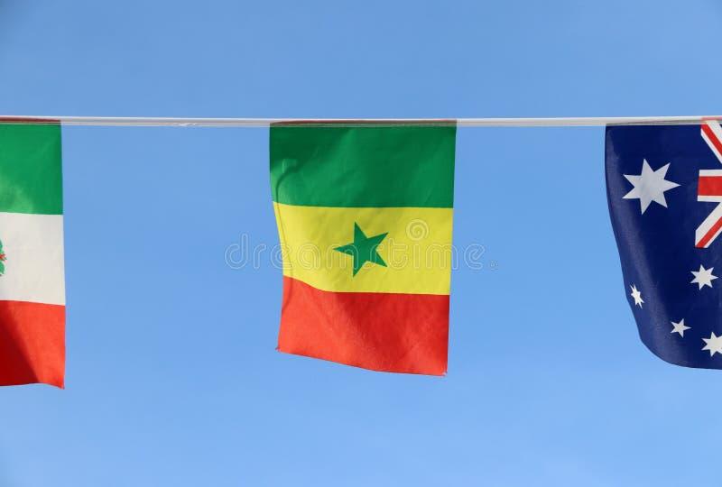 De minivlag van het stoffenspoor van Senegal, het is een tricolor bestaand uit drie verticale groene, gele en rode banden met een royalty-vrije stock afbeelding