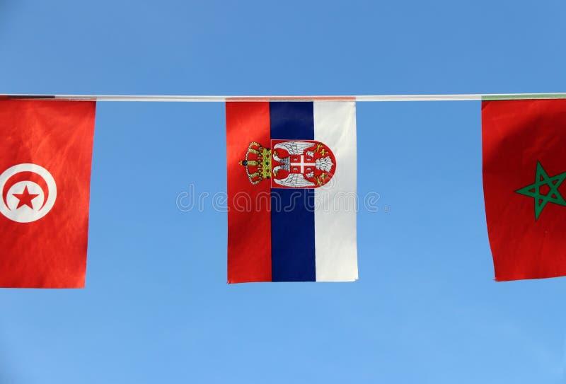 De minivlag van het stoffenspoor van Servië, het is een tricolor van drie banden van rode blauw en wit met het kleinere Wapenschi stock afbeeldingen