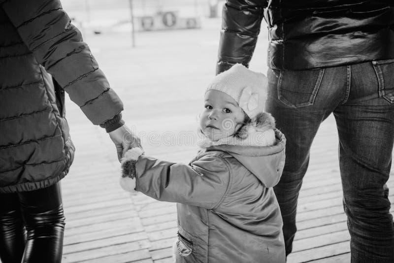 De minnaars gaan hand klein kind buiten jasjes stock fotografie