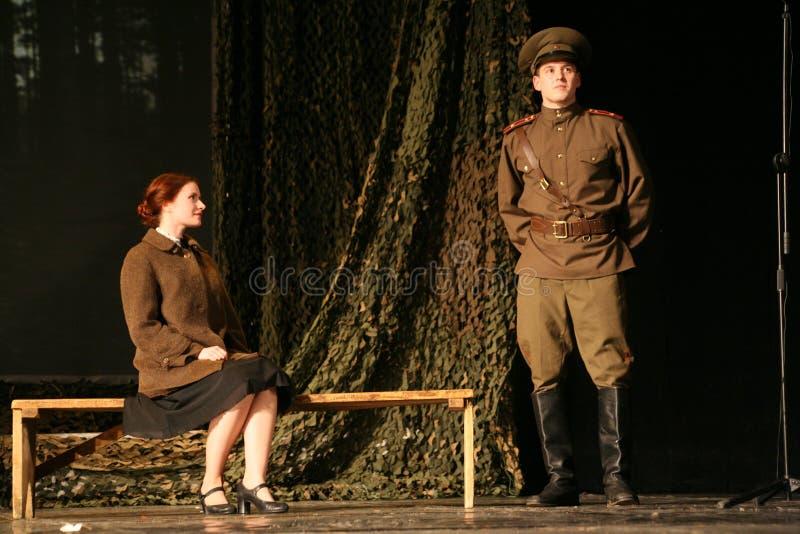 De minnaars komen samen Russische militair en zijn meisje Portret van een Russische militair stock fotografie