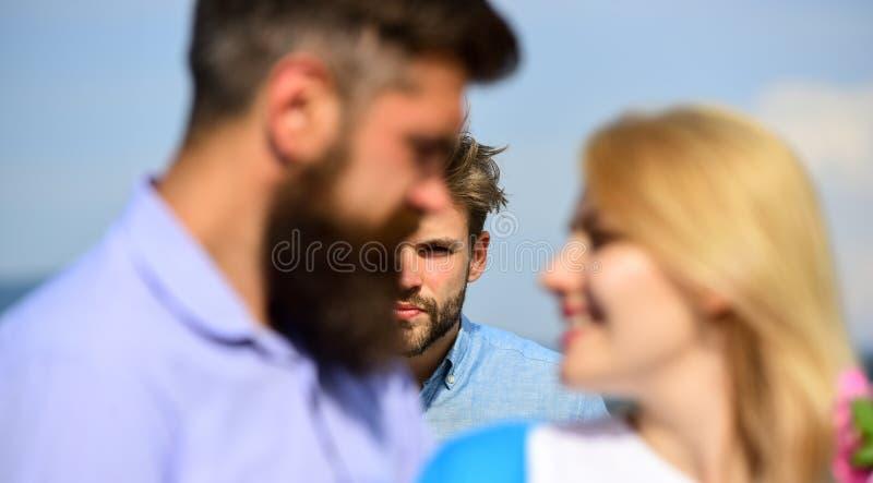 De minnaars van de paar het romantische datum flirten Het paar in liefde het gelukkige dateren, jaloerse man lettende op vrouw ve royalty-vrije stock afbeelding