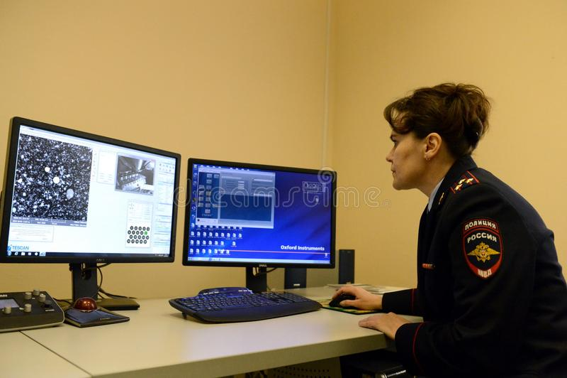 De misdadige gerechtelijke deskundige onderzoekt de elementaire die samenstelling van de substantie bij de misdaadscène wordt geg stock afbeelding
