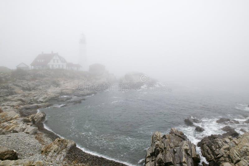De mist hult de Hoofdvuurtoren van Portland in Kaap Elizabeth, Maine stock foto's