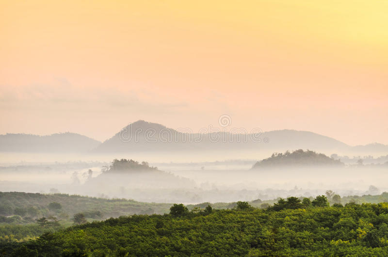De mist van de ochtendberg stock foto